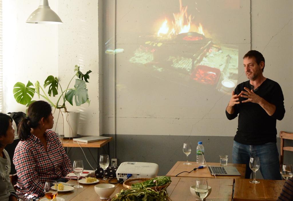 シェパニーズでは毎日直火で調理が行われている。